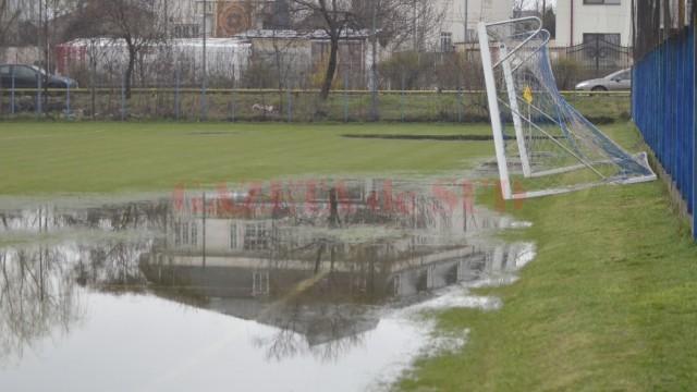 Suprafaţa terenului a fost acoperită cu apă în proporţie de 40% (foto: Alexandru Vîrtosu)
