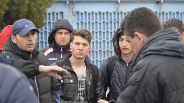 Antrenorul Dunării Bistreţ, Florin Mirea (stânga, cu şapcă), nu a fost de acord cu amânarea meciului (foto: Alexandru Vîrtosu)