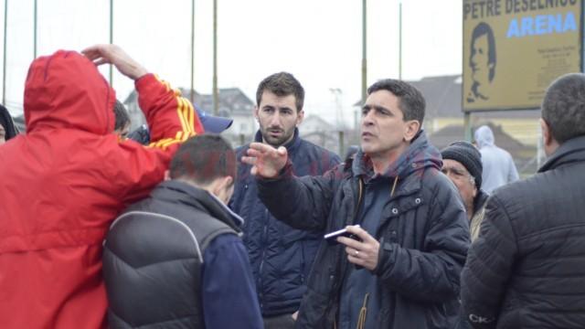 Silviu Bogdan i-a convins cu greu pe oaspeţi ca partida să se dispute mâine (foto: Alexandru Vîrtosu)
