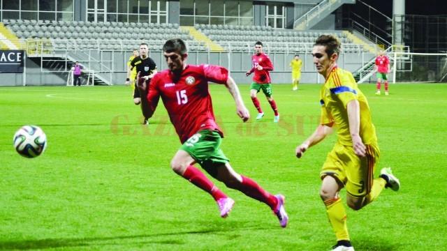 Bogdan Vătăjelu (în galben) ar putea bifa primele minute în tricoul naţionalei într-un meci oficial (Foto: Alexandru Vîrtosu)