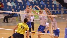 Jucătorii craioveni (în alb) au câștigat meciul al treilea, după un set cinci de infarct (foto: Lucian Anghel)