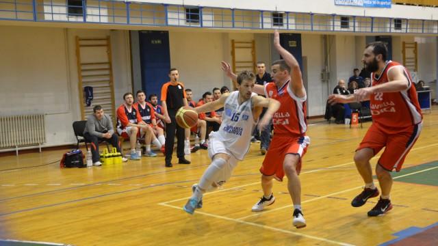 Djordje Micic (la minge) a marcat coşul victoriei pentru echipa craioveană (foto: Claudiu Tudor)