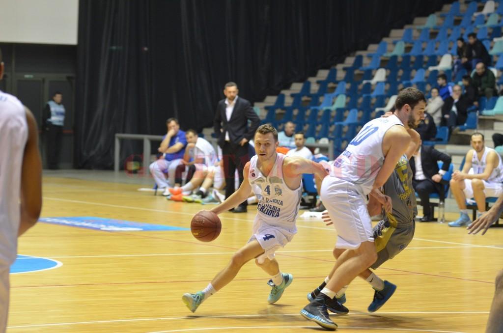Jucătorii craioveni (în alb) au făcut un meci slab (foto: Claudiu Tudor)