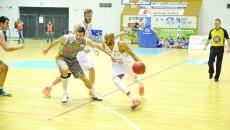 Travis Bureau (la minge) și fostul său coechipier de la Craiova, Nikola Vucurovic (nr. 13)  se vor lupta pentru un loc în semifinalele Ligii Balcanice (Foto: Claudiu Tudor)