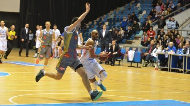 Travis Bureau (la minge) a fost principalul marcator al echipei craiovene, cu 19 puncte înscrise (foto: Claudiu Tudor)
