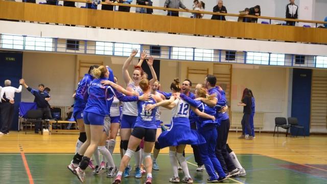 La finalul partidei, jucătoarele craiovene au încins hora bucuriei (foto: Claudiu Tudor)