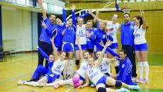 Antrenorii şi jucătoarele de la SCM-U Craiova se bucură pentru rămânerea în prima ligă (Foto: Claudiu Tudor)