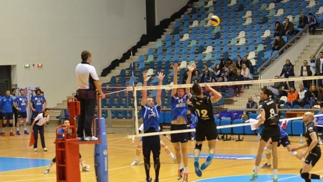 Echipa din Zalău (în negru) s-a calificat în finala mare a campionatului, iar craiovenii vor juca finala mică (foto: Claudiu Tudor)