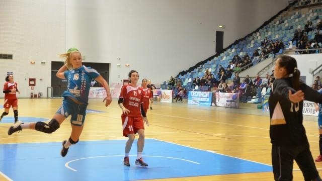 Ane Eidem (la minge) a marcat şase goluri în partida cu Deva (foto: Claudiu Tudor)