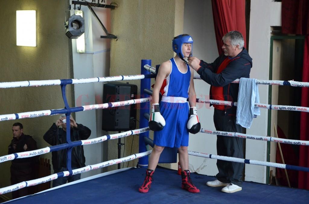 Antrenorul Constantin Cucu îşi pregăteşte sportivul de meci