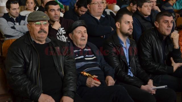 Fostul antrenor Mihai Goanţă (în centru), cel în cinstea căruia s-a organizat competiţia de box, a primit o statuetă de la fostul său elev, Liviu Stan (foto: Lucian Anghel)