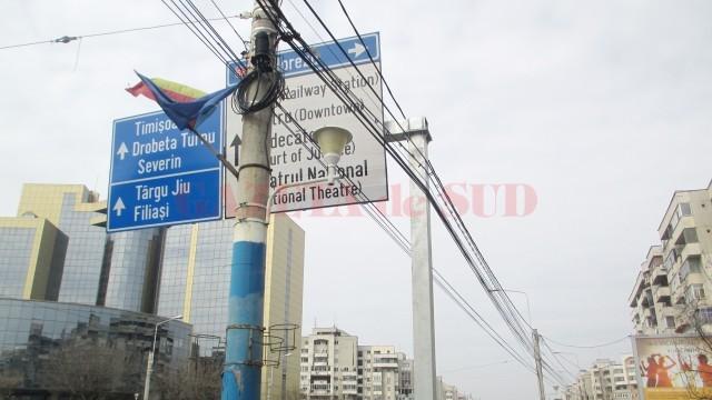 Consolele metalice  ale indicatoarelor  și-au făcut loc printre  cablurile electrice (Foto: GdS)