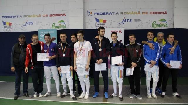 Trei dintre spadasinii craioveni au urcat pe podium la Campionatul Naţional de tineret. Tatian Bolboceanu (al treilea din stânga), de la CSM Craiova, a cucerit aurul, Mario Persu (al patrulea din stânga), de la CS Universitatea, s-a clasat pe locul doi, iar Ionuţ Trandafirescu (în centru, în trening), de la CS Universitatea, s-a clasat pe locul al treilea (foto: frscrimă)