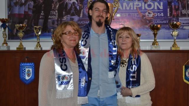 Marian Oprea s-a fotografiat cu fularul clubului CSM București, dar are contract cu CSM Craiova și Dinamo