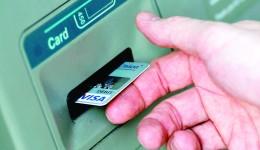 Băncile vă taxează mai mult dacă utilizați cash decât dacă faceți plăți în sistem electronic (FOTO: economica.net)