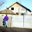 Anchetatorii au stabilit că bărbatul a intrat în casa Ștefaniei și a împușcat-o mortal (FOTO: Arhiva GdS)