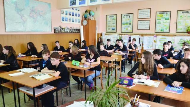 """Elevii din Şcoala """"Nicolae Bălcescu"""" îşi plâng profesoara (Foto: Claudiu Tudor)"""