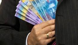 Românii cu credite în franci elvețieni au de suferit din cauza scumpirii spectaculoase a monedei elvețiene în raport cu leul românesc. Pe 16 martie, primul craiovean a câștigat procesul cu banca la instanța de fond. El ar putea să plătească rata la cursul de schimb din 2007. (Foto: evz.ro)