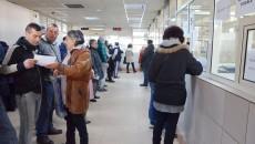 Craiovenii sunt obligați să stea la coadă pentru a-și achita taxele și impozitele locale. Sistemul de plată on-line este blocat din cauza neînțelegerilor dintre primărie și Banca Transilvania  (FOTO: GdS)