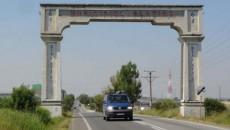 Actuala arcadă amplasată la intrarea în municipiul Slatina dinspre Piteşti ar urma să fie înlocuită cu un monument nou, modern (Foto: adevarul.ro)