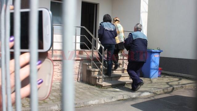 Magistrata Carmen Marinescu a fost adusă ieri la Curtea de Apel Craiova, instanță care a hotărât arestarea preventivă a acesteia