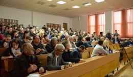 Zeci de locuitori din cartierul Lăpuș au venit să-și spună problemele în fața autorităților locale (FOTO: Lucian Anghel)