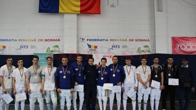 Spadasinii de la CS Universitatea Craiova au obținut titlul național, iar cei de la CSM Craiova (în dreapta) au urcat pe a treia treaptă a podiumului (foto: frscrimă)