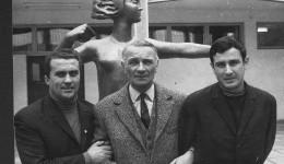 """Trei generaţii de antrenori (de la stânga la dreapta): Ştefan Coidum, Nicolae (""""Lache"""") Oţeleanu şi Constantin Oţet, în faţa stadionului """"Central"""" din Craiova, 1967"""