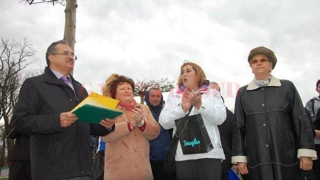 Decanul FEFS Craiova, Marian Dragomir, i-a oferit o diplomă pentru promovarea sportului, Marilenei Stroe (dreapta), soţia regretatului Corneliu Andrei Stroe