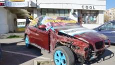 În urmă cu câteva zile, reprezentanții proprietarului bolidului avariat au organizat un protest în fața sediului asigurătorului, pentru că acesta ar fi tergiversat aproximativ două luni plata daunelor pentru mașina avariată (FOTO: GdS)