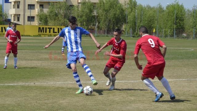 Ştefan Stancu (la minge) şi colegii săi continuă să defileze în Liga a IV-a Dolj (foto: Alexandru Vîrtosu)