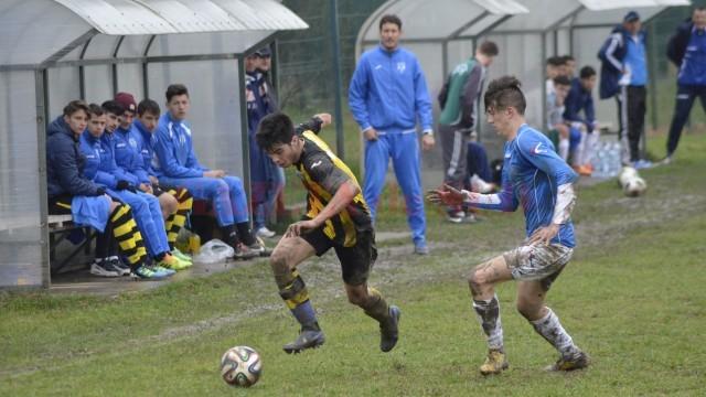 Dan Buzărnescu (în galben) şi colegii săi de la juniorii A ai CSU au reuşit calificarea la turneul zonal (Foto: Alexandru Vîrtosu)