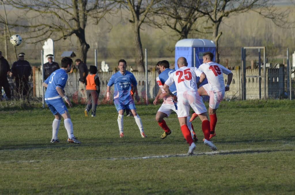 Arădeanul Ciprian Rus (nr. 19) a marcat un gol norocos la Braloştinţa, spre dezamăgirea filieşenilor (foto: Alexandru Vîrtosu)