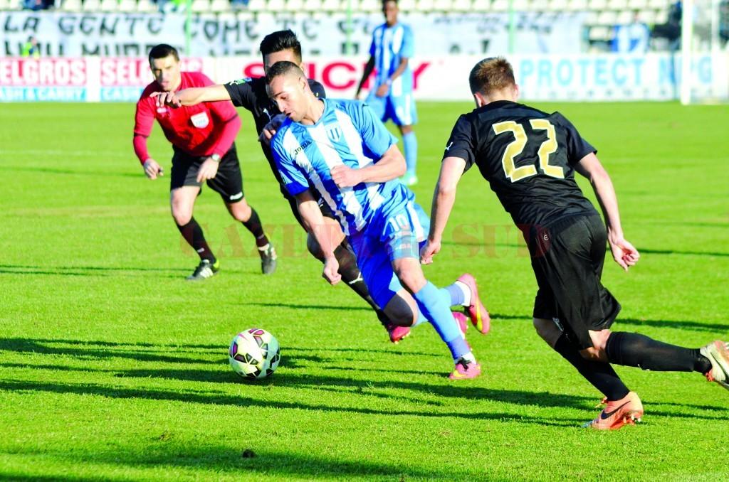 Bawab (la minge) şi colegii săi nu mai au voie să-şi dezamăgească suporterii pe teren propriu (Foto: Alexandru Vîrtosu)