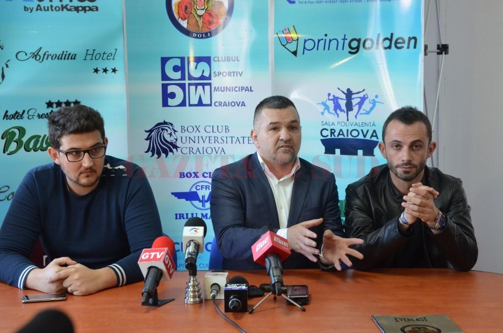 Leonard Doroftei (în centru) a fost însoţit la conferinţă de Sorin Manda (stânga), directorul CSM Craiova, şi Liviu Stan, preşedintele executiv al Asociaţiei Judeţene de Box Dolj (foto: Lucian Anghel)