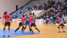 Mădălina Zamfirescu (în albastru) și colegele sale vor întâlni HCM Roman în prima fază din play-off (foto: Lucian Anghel)