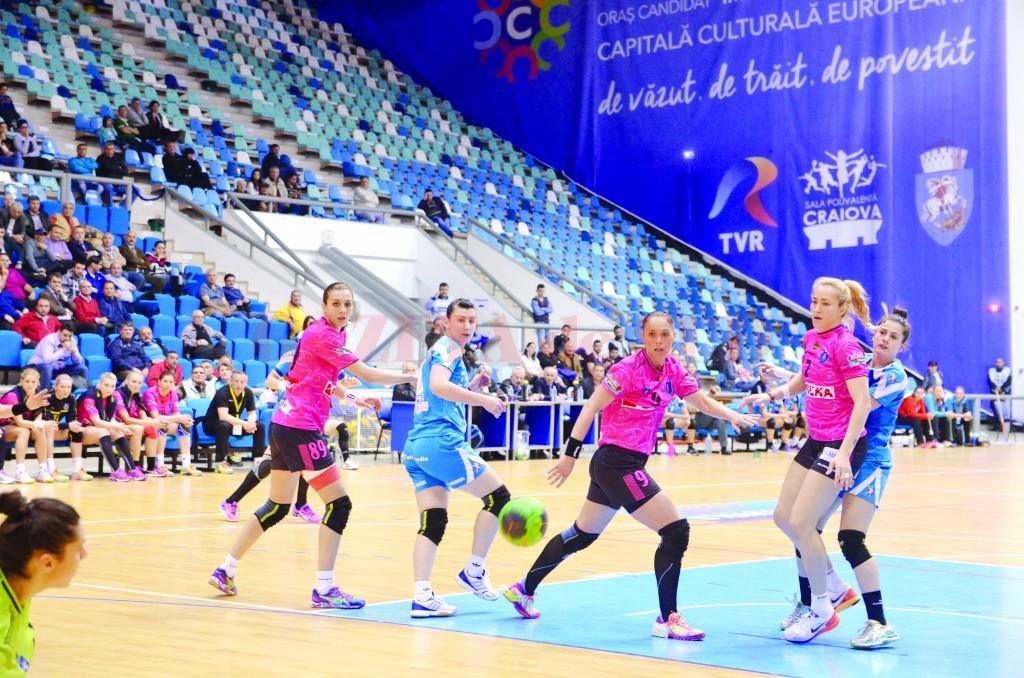 Jucătoarele craiovene (în albastru) au avut o prestaţie peste aşteptări în sezonul regulat (Foto: Lucian Anghel)