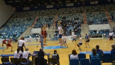 Craiovenii (în alb) au cedat doar un set dinamoviştilor în primul meci