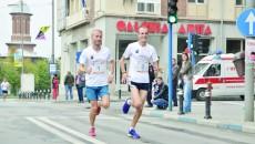 În absenţa lui Marius Ionescu (stânga), Marius Buşcă (dreapta) şi ceilalţi alergători craioveni vor încerca să urce pe podium (foto: arhiva GdS)