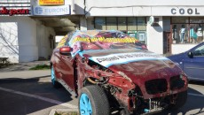 Clienta firmei de asigurări Euroins, a cărei mașină a fost avariată în accident, a protestat punându-și mașina în fața sediului din Craiova al asigurătorului, pe motiv că nici după două luni de la accident nu i s-a comunicat valoarea de despăgubire (Foto: Lucian Anghel)