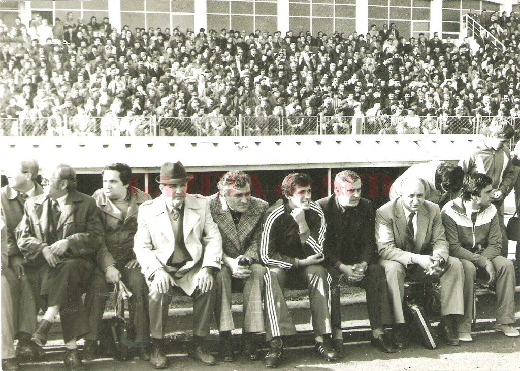 """Nicolae Ivan (ultimul din rând), alături de Cornel Stroe (cel din dreapta lui), la un meci din cupele europene pe """"Central"""", în anii '80 (Foto: Arhiva Cornel Stroe)"""