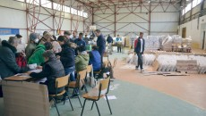 """Distribuirea alimentelor se face în sala de sport a Şcolii nr. 32 """"Alexandru Macedonski"""" din Craiovița Nouă (FOTO: Claudiu Tudor)"""