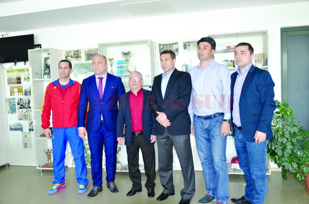 Gheorghe Berceanu (al treilea din stânga) are încredere în noua generaţie de antrenori şi conducători din luptele româneşti (Foto: Claudiu Tudor)