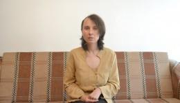 Marcela Constantin mulţumeşte tuturor oamenilor care au ajutat-o să strângă cei 50.000 de euro necesari operaţiei de tumoră cerebrală (FOTO: Claudiu Tudor)