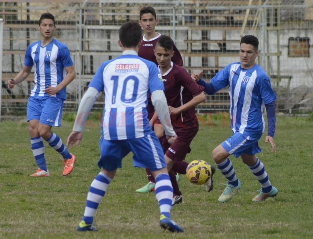 Juniorii craioveni (în albastru) au câștigat duelul cu LPS Târgu Jiu (foto: Alexandru Vîrtosu)