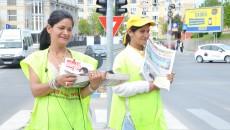 Lenuţa şi Dochina vând Gazeta de Sud la intersecţia străzilor Nicolae Titulescu și Maria Tănase (FOTO: GdS)