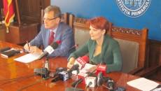 Primarul Craiovei, Lia Olguța Vasilescu, a anunțat semnarea contractului de proiectare  pentru aducțiunea firului II Craiova - Izvarna. Acesta ar urma să fie funcțional din anul 2017. (Foto: Anca Ungurenuş)