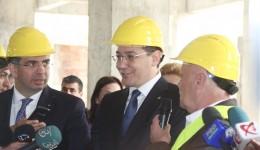 Victor Ponta și ministrul justiției, Robert Cazanciuc (stânga), în vizită pe șantierul noii clădiri a Tribunalului Dolj (FOTO: Traian Mitrache)