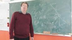 Profesorul Vasile Roșu îşi aminteşte cu drag numele primilor elevi care au obţinut performanţe şi vorbeşte cu drag despre fiecare dintre ei spunând că le-a urmărit ascensiunea profesională (FOTO: Traian Mitrache)