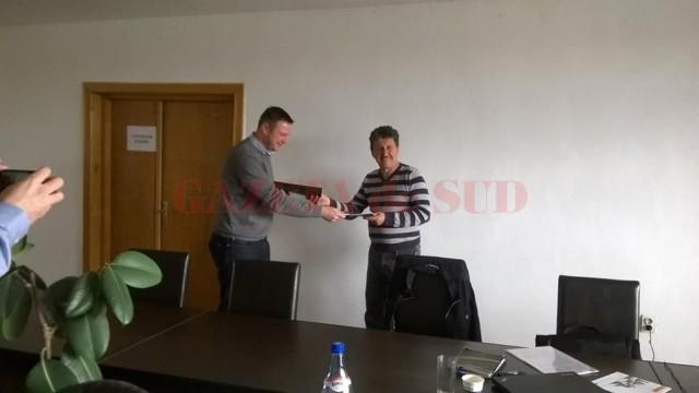 Contractul pentru construcția unui parc fotovoltaic care să deservească localitățile Mischii și Șimnicu de Sus (Dolj) și Vulpeni (Olt) a fost semnat miercuri de primarul comunei Mischii, Gheorghe Popa (dreapta).